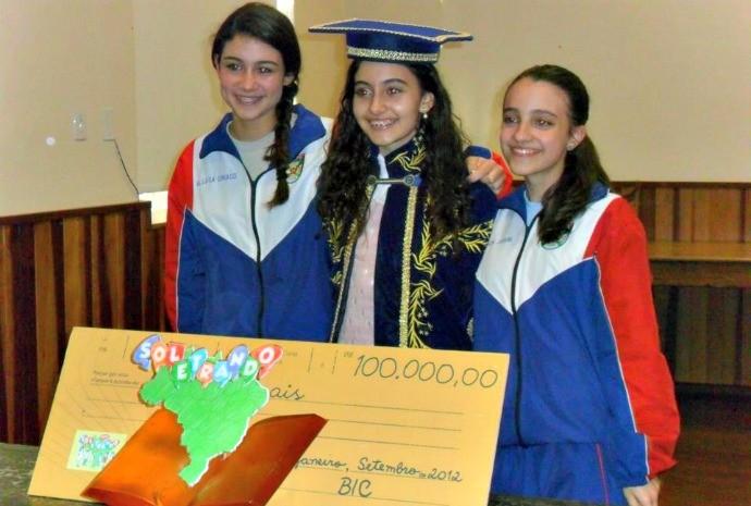 Com o prêmio do Soletrando, a estudante fez uma doação e um intercâmbio (Foto: Arquivo Pessoal)