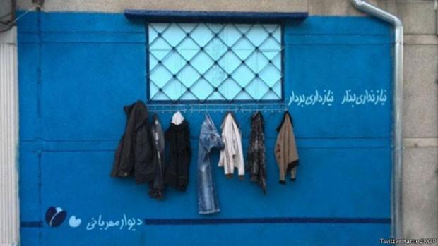 Uma iniciativa iraniana está promovendo a doação de roupas nos muros das cidades do país para ajudar moradores sem teto e famílias pobres a suportarem o clima o frio dessa época do ano. (Foto: TwitterHamedKOP)