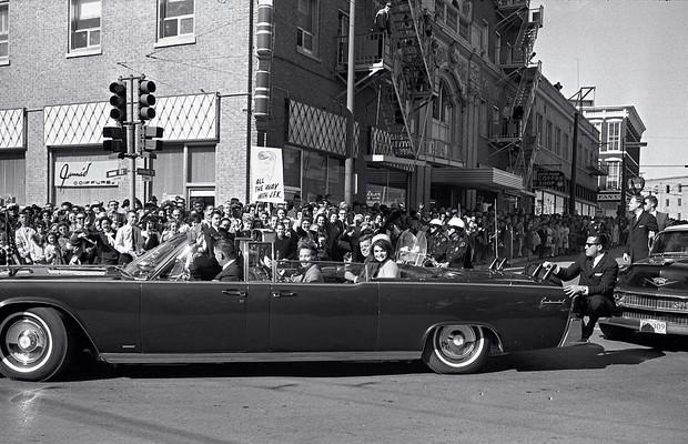MINUTOS FINAIS Kennedy ao lado de Jacqueline, no carro em Dallas, pouco antes do assassinato. Era o trágico fim de um governo que durou menos de três anos (Foto: Dallas Times Herald/The Sixth Floor Museum at Dealey Plaza )