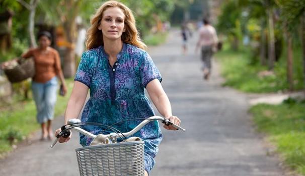 """Julia em """"Comer, Rezar, Amar"""" (2010), onde interpretou uma jornalista que larga o emprego para viajar e se reencontrar (Foto: Divulgação/Reprodução)"""