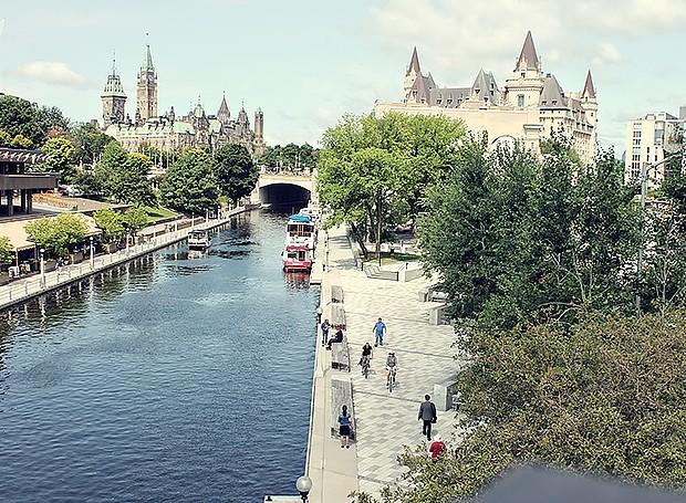 Passeio às margens do rio, em Ottawa: a capital canadense tem uma população formada por imigrantes dos cinco continentes (Foto: Cíntia Marcucci / Editora Globo)