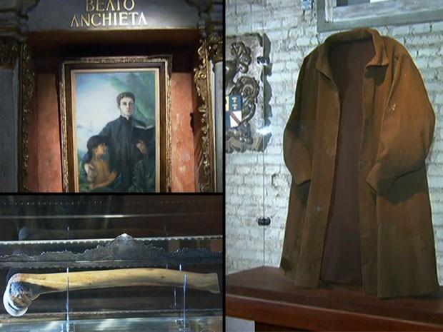 No oratório de Anchieta em São Paulo há quadro, manto e pedaço de fêmur do santo (Foto: Reprodução/TV Globo)