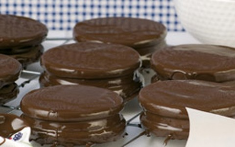 Como fazer alfajor: veja a receita com recheio de dois chocolates