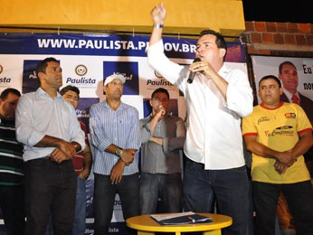 Matuto (ao microfone) atribui a Campos a oportunidade que teve de entrar na política (Foto: Francisco Marques/Prefeitura de Paulista/Divulgação)