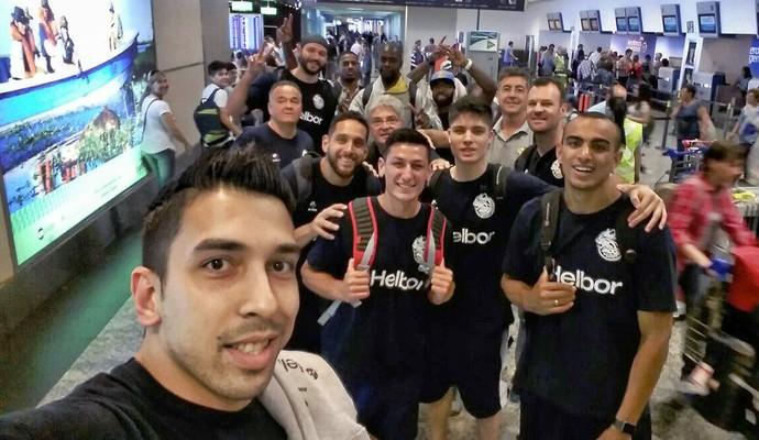 Elenco Mogi das Cruzes basquete aeroporto (Foto: Fabrício Russo)
