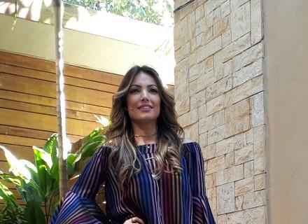 Patrícia Poeta aposta em rosa millennial e blusa ombro a ombro