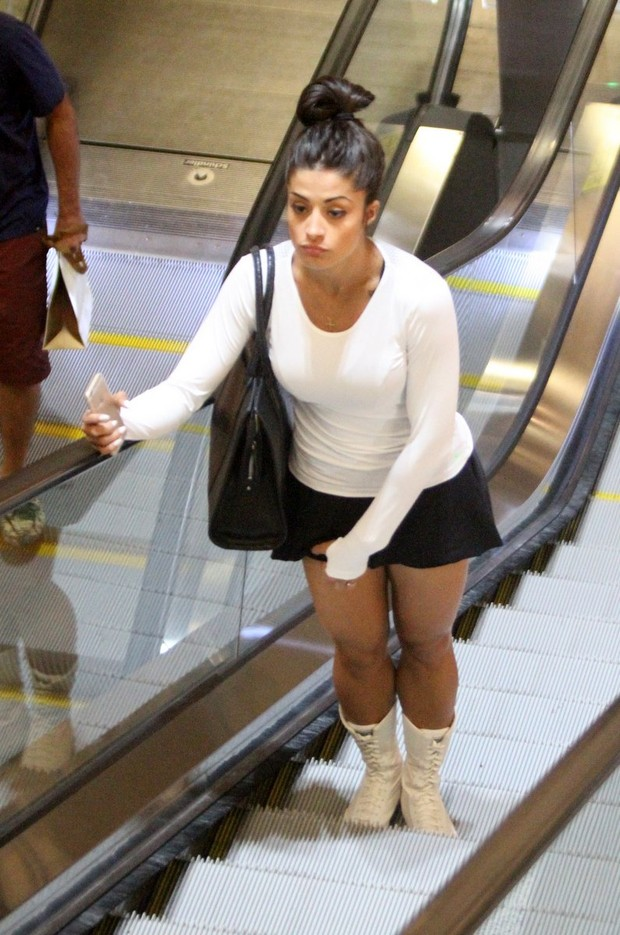 LAGOA SALGADA-RN  Da sainha, Aline Riscado se assusta com paparazzo ... 145ccc8446