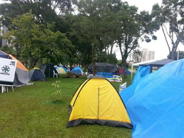 200 pessoas continuam acampadas neste sábado (14) no Centro Cívico, em Curitiba (Foto: Divulgação/APP-Sindicato)