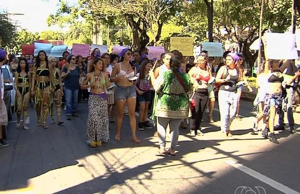 Marcha das Vadias reúne cerca de 100 mulheres no Centro de Goiânia Goiás (Foto: Reprodução/TV Anhanguera)