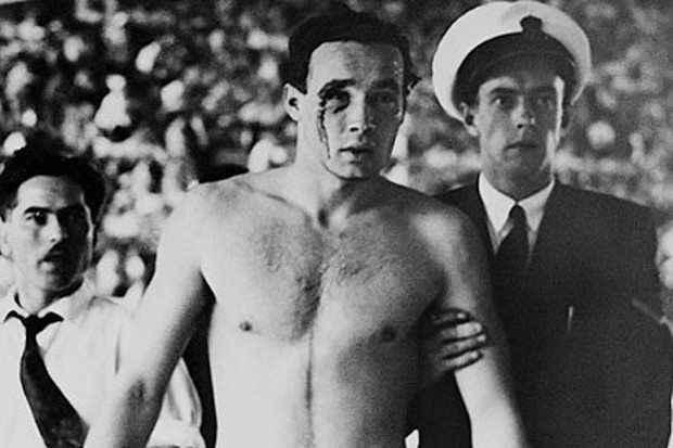 Ervin Zádor ferido após as agressões (Foto: Reprodução)