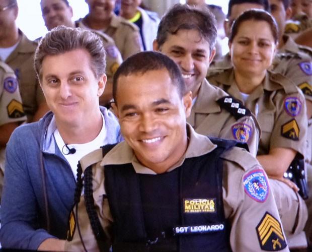 O 'sargentinho' foi surpreendido por Luciano Huck (Foto: Caldeirão do Huck/TV Globo)