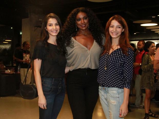 Cris Vianna com as irmãs Giselle Batista, Michelle Batista em pré-estreia de filme no Rio (Foto: Graça Paes/ Brazil News)