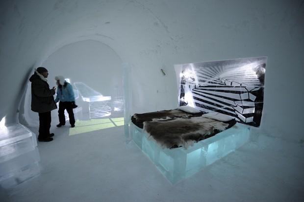 Hotel de gelo, localizado na cidade de Jukkasjarvi, derrete com a chegada do verão, o que dificulta a instalação dos equipamentos (Foto: Oliver Morin/AFP)