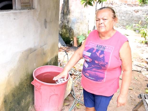 Guilalme Teixeira aproveitou chuva recente para armazenar água (Foto: Thyago Macedo / G1)