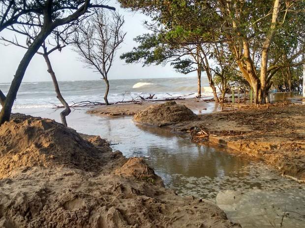 Vala foi aberta para escoamento da água (Foto: Defesa Civil de São João da Barra/Divulgação)