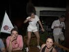 Anitta se empolga e dança em cima de cadeira em show
