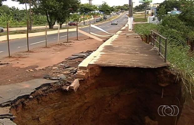 Via está interditada pela Defesa Civil, em Aparecida de Goiânia (Foto: Reprodução/ TV Anhanguera)