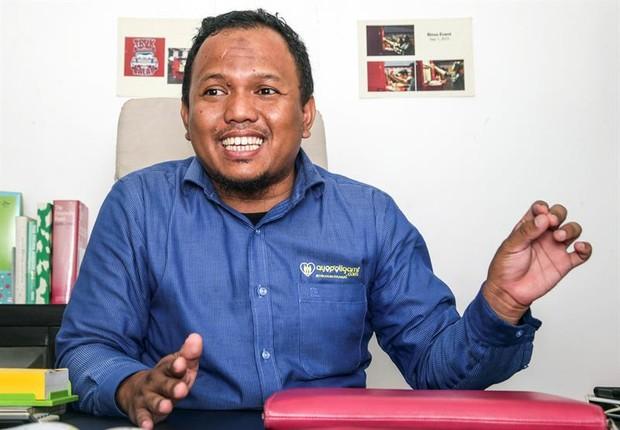 Lindu Cipta Pranayama, criador do aplicativo Ayo Poligami, que permite a homens casados procurar uma mulher para um relacionamento (Foto: Bagus Indahono/EPA/EFE)