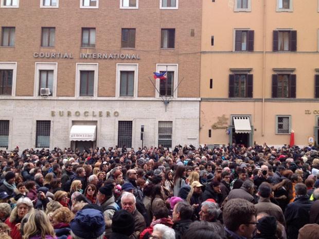 Mar de pessoas começa a deixar o Vaticano depois do primeiro Ângelus do Papa Francisco (Foto: Juliana Cardilli/ G1)