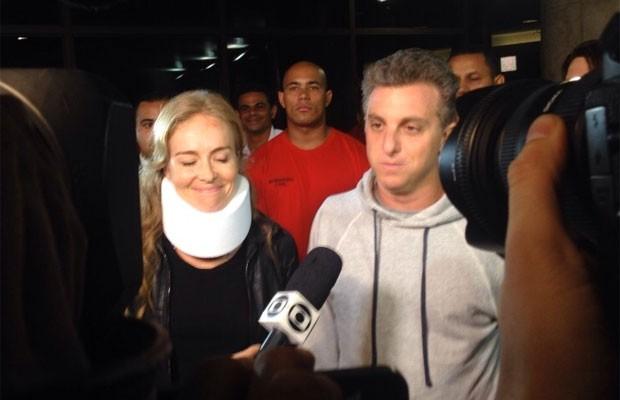 Angélica com colar cervical e Luciano Huck deixam o Hospital Albert Einstein nesta segunda-feira (Foto: Glauco Araújo/G1)