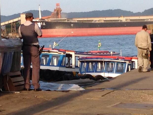 Policial Militar observa local onde moto aquática se acidentou (Foto: Mariane Rossi / G1)