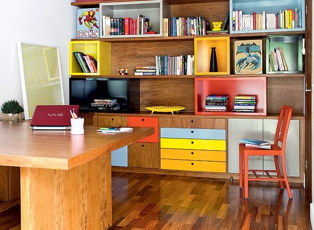 Para organizar o home office, compartilhado pelo casal de moradores, o escritório Goa Arquitetos criou uma estante que foge do comum. O móvel tem módulos coloridos. Os diferentes tons de laca identificam os livros, separados por temas (Foto: Maíra Acayaba/Casa e Jardim)