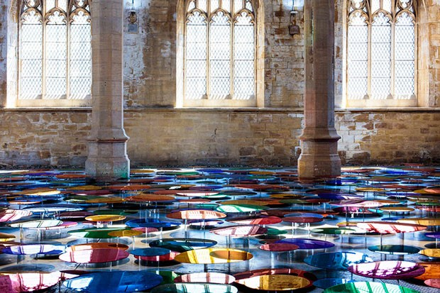 Instalação em uma igreja antiga reflete a arquitetura do lugar (Foto: Hannah Devereux / divulgação)
