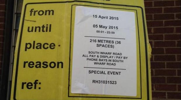 Peter Hunt mostra avisos próximos ao hospital em Londres (Foto: Twitter/Reprodução)
