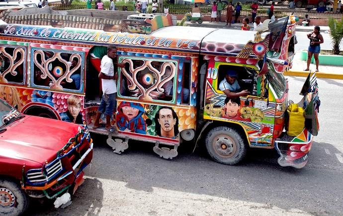 carros decorados no Haiti para a Copa do Mundo Ronaldinho (Foto: AP)