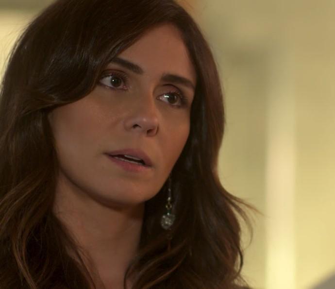 Alice descobre que a Arraial Pescados está à beira da falência (Foto: TV Globo)