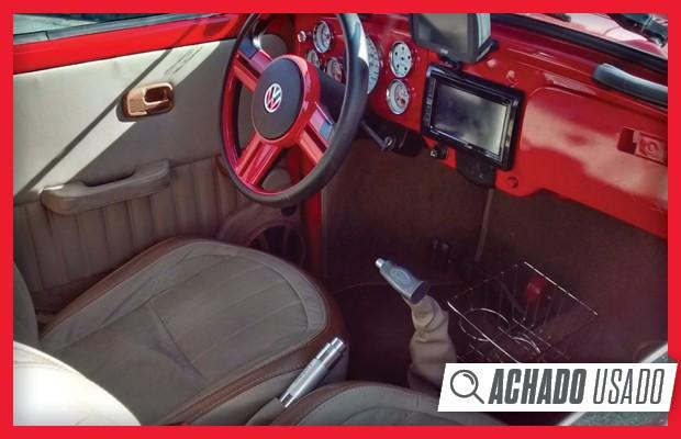 Interior do Fusca Itamar ganhou elementos na cor vermelha por todas as partes (Foto: Reprodução)