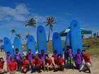 Grupo de surfe realiza mutirão de limpeza em praia de Salvador