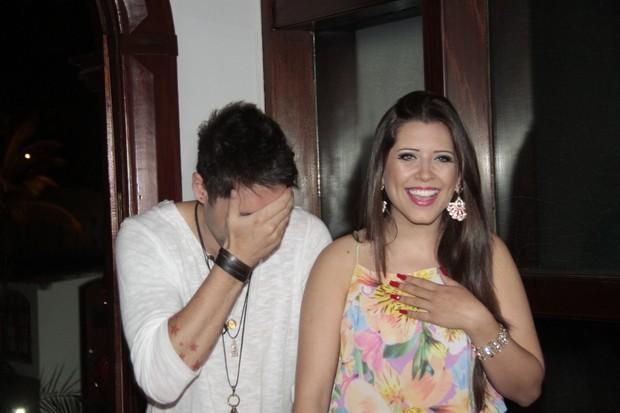 Andressa e Nasser surpresos (Foto: Isac Luz/EGO)