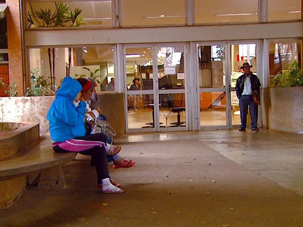 Pacientes esperam sentados no HC da Unicamp nesta terça-feira (Foto: Reprodução EPTV)
