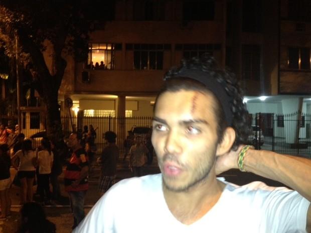 Ruan Martins Nascimento, atingido por um cinzeiro em protesto no Copacabana Palace no sábado (13), voltou às ruas neste domingo (14) (Foto: Alba Valéria Mendonça/G1)