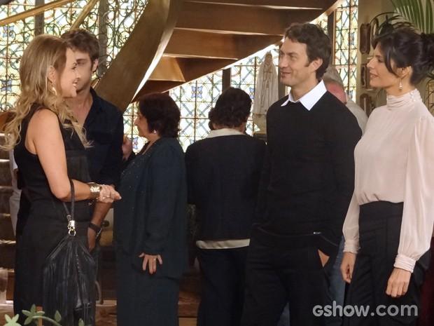 Elegante como sempre, Verônica não cai na lábia de Shirley (Foto: Em Família/TV Globo)