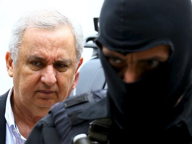O empresário e pecuarista José Carlos Bumlai é escoltado por policiais federais ao deixar o Instituto de Ciência Forense em Curitiba. Bumlai foi preso na 21ª etapa da Operação Lava Jato (Foto: Rodolfo Buhrer/Reuters)