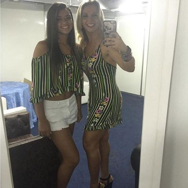 Carla Perez e a filha, Camilly Victória, em shoe em Salvador, na Bahia (Foto: Instagram/ Reprodução)