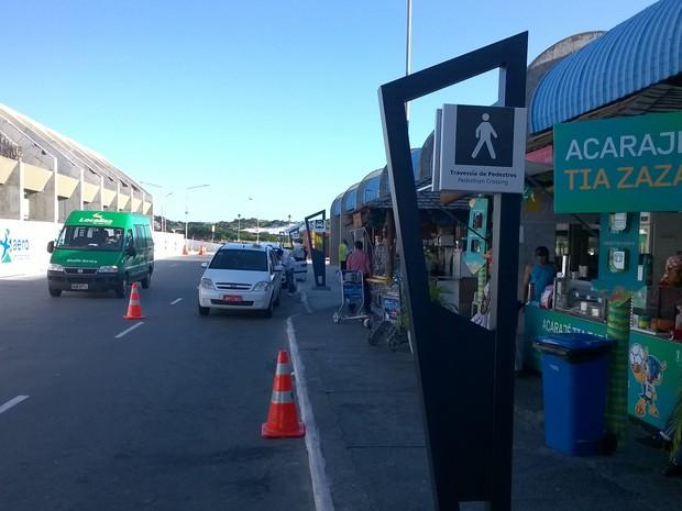 Placas informam turistas os pontos de táxi na frente do aeroporto em Salvador  (Foto: Yuri Girardi / G1 Bahia)