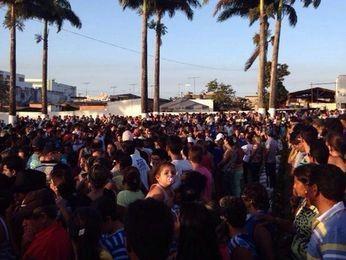 Centenas de pessoas participaram dos sepultamentos (Foto: Edinaldo Roseno/Internauta)