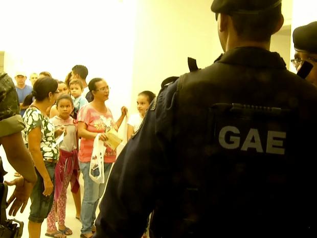 Exército atua na segurança da vacinação (Foto: Inter TV/Reprodução)
