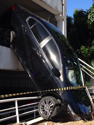 Sistema de airbag foi acionado com o impacto da queda do carro no Praia Shopping, em Natal. (Foto: Emmily Virgílio/InterTV Cabugi)