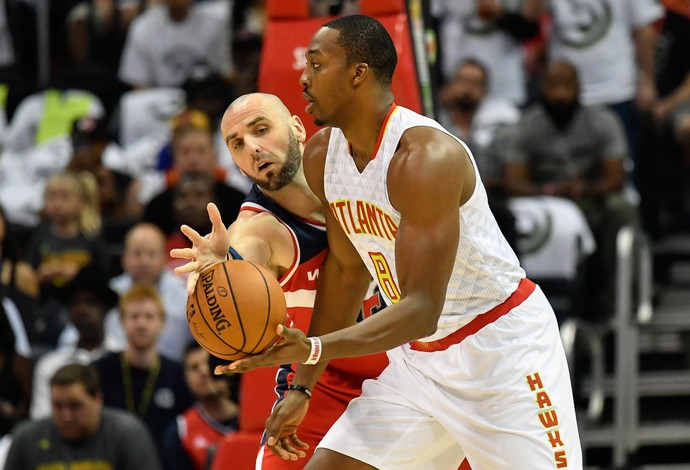 Dwight Howard, do Atlanta Hawks, disputa a bola com Marcin Gortat, do Washington Wizards (Foto: Reuters/Dale Zanine-USA TODAY Sports)