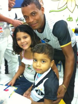 Jogadores do Mixto visitam Hospital de Cancer (Foto: Lucas de Senna/TVCA)