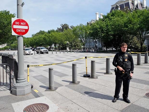 Avenida Pennsylvania, em Washington, é bloqueada pelo Serviço Secreto nesta sexta-feira (20) após relato de tiroteio AP Photo/Alex Brandon (Foto: AP Photo/Alex Brandon)
