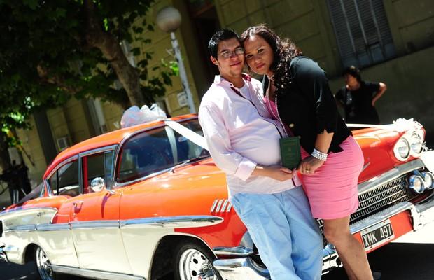 O casal Alexis Taborda (à esq.) e Karen Bruselario, após o registro civil do casamento, em 29 de novembro (Foto: Ricardo Santellan/EFE)
