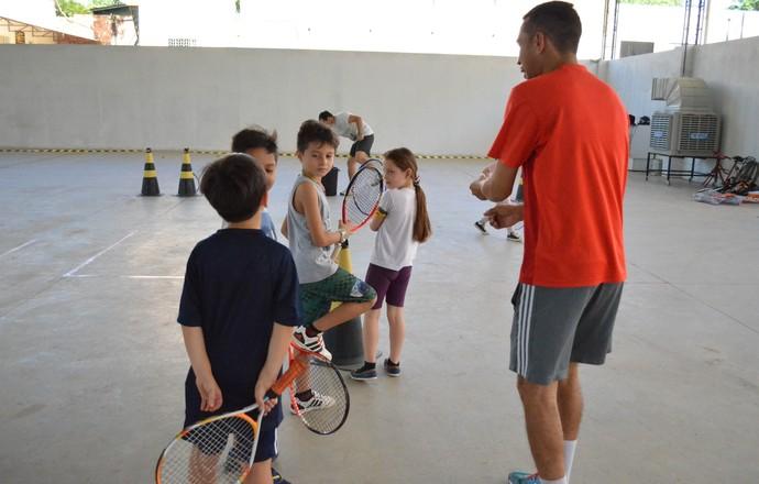 Projeto social ensina tênis a crianças carentes (Foto: Jheniffer Núbia)