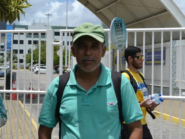 """Alagoas- Aos 42 anos, candidato desempregado tenta Enem pela primeira vez. """"Nunca fiz vestibular antes. Quero realizar o meu sonho de cursar direito. Estou bastante ansioso, mas confiante para hoje"""", diz. (Foto: Marcio Chagas/G1)"""