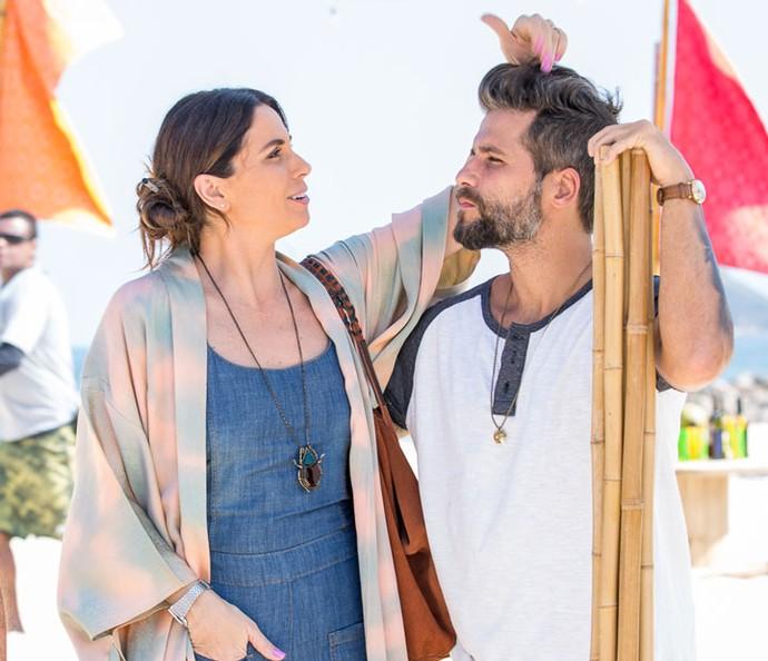 A atriz dá aquele toque no visual do parceiro de cena antes da dupla posar para as lentes do Gshow (Foto: Ellen Soares / Gshow)