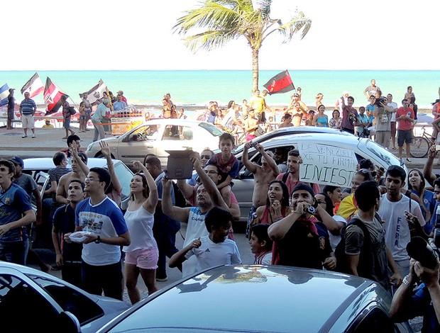 torcida Espanha saída hotel Recife (Foto: Alexandre Alliatti)